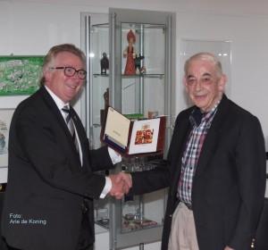 Overhandiging boekje HerinneringsStenen aan burgemeester Van Rumund door prof. Elzas Foto: Arie de Koning
